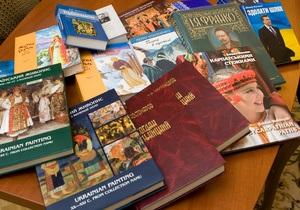 Янукович передал Библиотеке украинской литературы в Москве свои книги