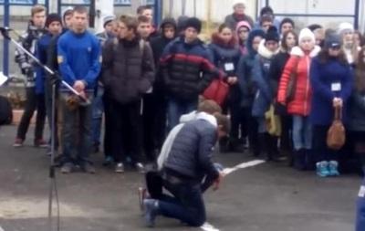 В Тернополе уволили директора училища, ставившего студентов на колени