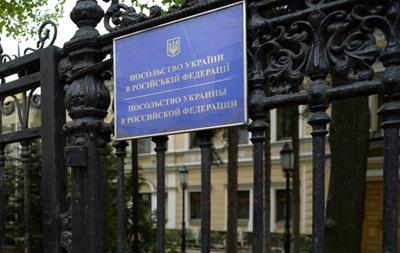 Українські дипломати в Москві другий рік живуть на території посольства