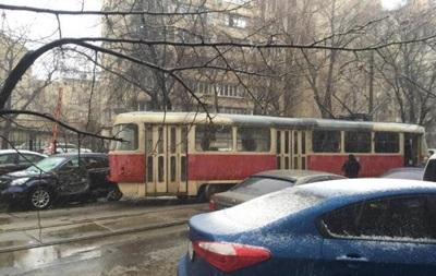 У Києві на Подолі трамвай зійшов з колії