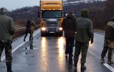 Правый сектор начал бессрочную блокаду фур из РФ