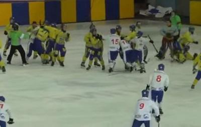Матч между Украиной и Монголией закончился массовой дракой хоккеистов