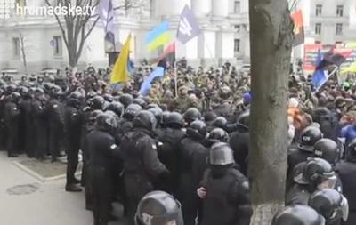 Офис Ахметова закидали камнями и петардами