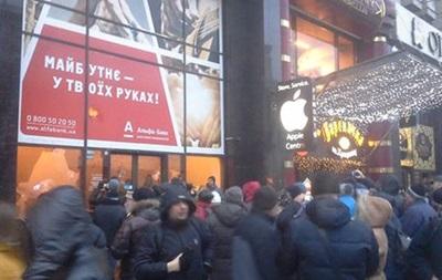 Погром банків у Києві: вкрали телефони і гаманець