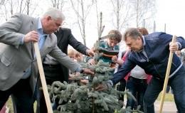 Янукович в День окружающей среды посадил ель на территории детского дома