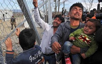 Греция вывезла мигрантов с границы с Македонией