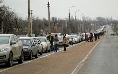 На КПП Новотроїцьке через обстріли перекритий проїзд - волонтери