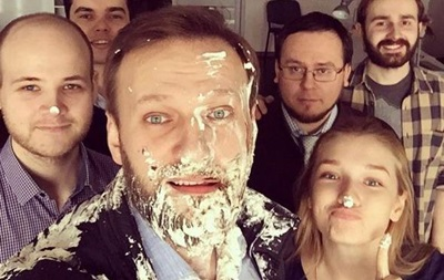 Навальный после атаки тортом пошел делать селфи