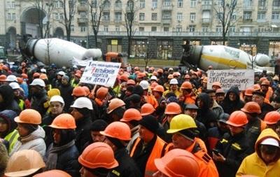 КМДА оточили будівельники з бетономішалками