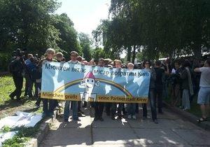 Противники гей-парада пытались порвать плакаты участников Марша равенства, есть задержанные
