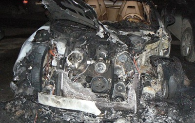 У Хмельницькому підпалили дорогі позашляховики