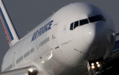 Жінка намагалася провезти дитину в ручній поклажі в літаку