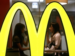 Вывеска ресторана McDonald s упала на парковку в Аризоне: двое пострадавших