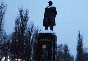 Ющенко становится грустно, когда он видит памятник Ленину