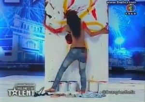 В Таиланде участница шоу талантов разгневала Минкульт, нарисовав картину голой грудью
