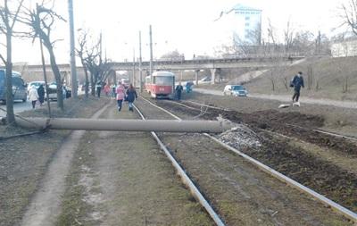 В Харькове трамвай сошел с рельсов и повалил столбы