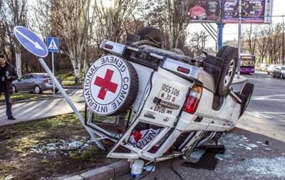 У центрі Донецька перекинувся джип Червоного Хреста