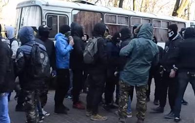 Во Львове радикалы закидали камнями полицию