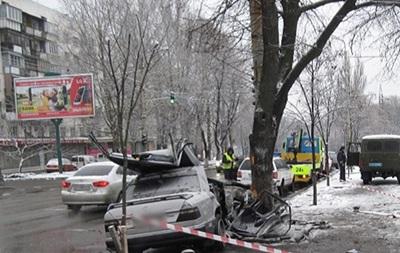 У Києві Mercedes влетів в опору: двоє загиблих