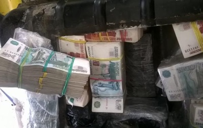 Чоловік віз в РФ півмільйона рублів в бензобаку
