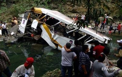 В Мексике автобус упал с 30-метрового обрыва