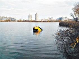 В озере на Оболони утонул автомобиль, мужчине удалось спастись