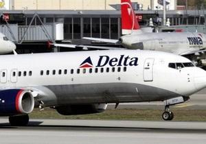 В крупнейшем аэропорту мира при посадке загорелся двигатель самолета