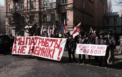 Под посольством Беларуси в Киеве проходит митинг