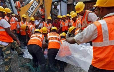 Десятки людей залишаються під завалами естакади в Індії