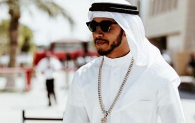 Хэмилтон примерил одеяния шейха в Бахрейне