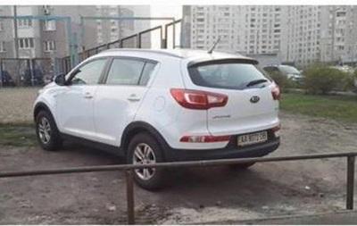 В Киеве обнесли забором неправильно припаркованное авто