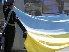 В центре Киева развернули гигантский флаг Украины
