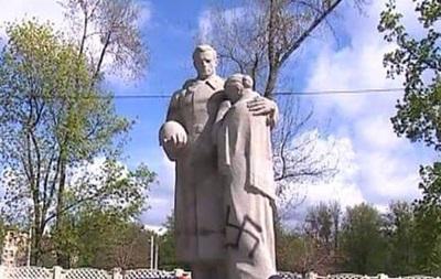 Братську могилу в Харкові розмалювали свастикою