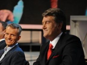 Ющенко наградил Хорошковского именным оружием