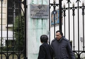 Иранское посольство в Париже облили зеленой краской и расписали граффити