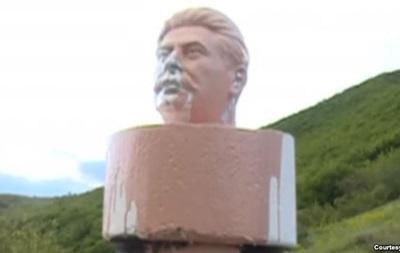 У Грузії пофарбували в рожевий колір бюст Сталіна