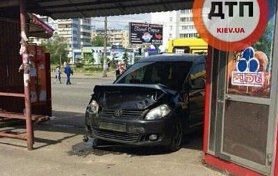 У Києві на Троєщині Volkswagen влетів у зупинку