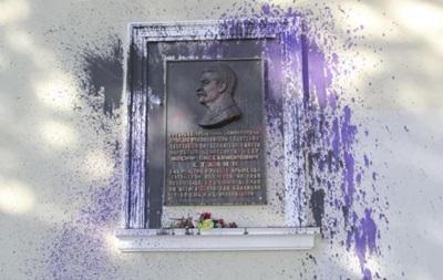 У Криму облили фарбою меморіальну дошку Сталіну