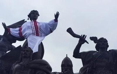 Пам ятник Либіді у Києві вбрали у вишиванку