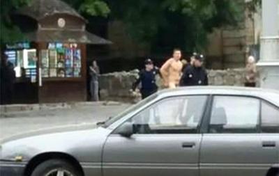 У Львові затримали голого чоловіка з битою