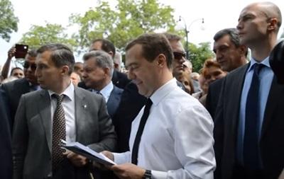 Медведев – пенсионерам в Крыму: Денег нет