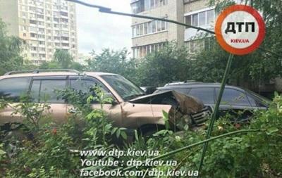 В Киеве пьяный судья на Toyota влетел в припаркованный Subaru