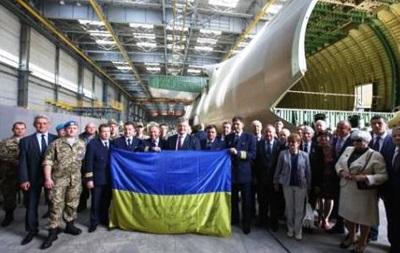 Экипаж  Мрии  подарил Порошенко флаг с автографами