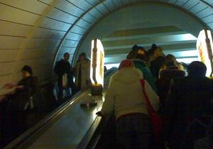 На станции метро Лукьяновская начали ремонт эскалатора