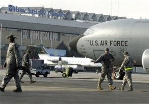 Президент Кыргызстана потребовал от США закрыть авиабазу Манас