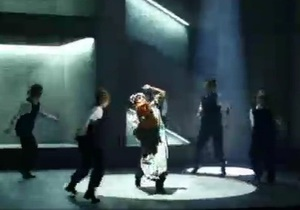Депортационный мюзикл с хорошим концом - видео Би-би-си