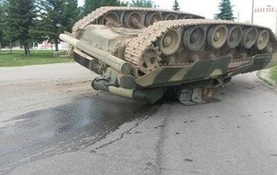 Под Москвой на дороге перевернулся танк