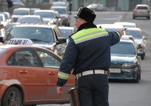 Блогер: Сотрудники ГАИ переписывают номера микроавтобусов, которые едут в Киев