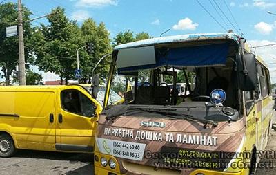 В Луцке маршрутка попала в аварию: 11 пострадавших
