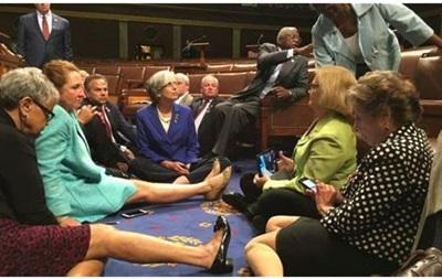 Демократи влаштували сидячий страйк у конгресі США